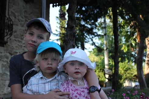 Alla barnen på en å samma bild!